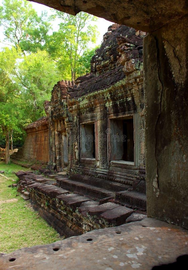 Sikt till och med ett fönster på Angkor Wat i Cambodja arkivfoton