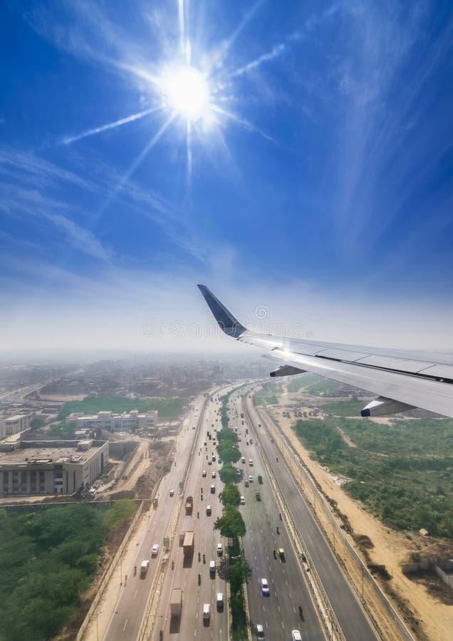 Sikt till och med fönstret av ett flyg för passagerarenivå ovanför Delhi royaltyfri foto