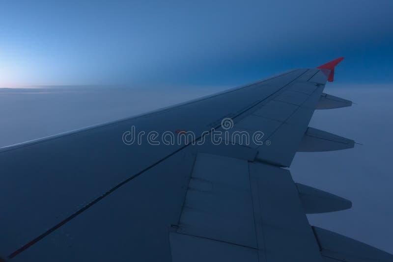 Sikt till och med flygplanfönster royaltyfri fotografi