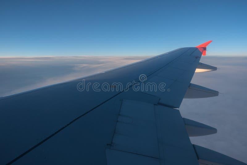 Sikt till och med flygplanfönster royaltyfria bilder