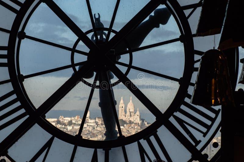 Sikt till och med klockaframsida från Musee D ` Orsay in mot Montmartre royaltyfria bilder