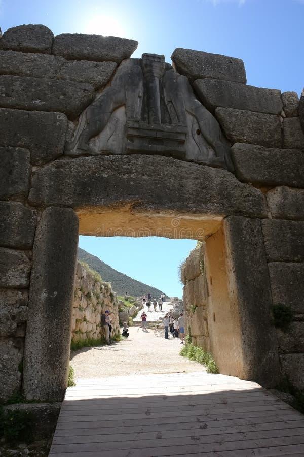 Sikt till och med Lion Gate på en stenbana och turister i aet arkivbild