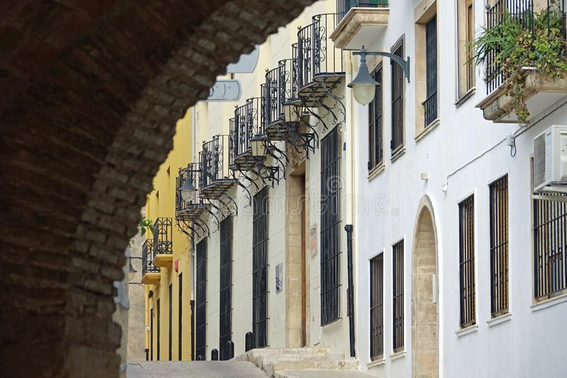 Sikt till och med porten Porta De Sala, Pego, Valles de Pego, Alicante, Valencia, Spa royaltyfri fotografi