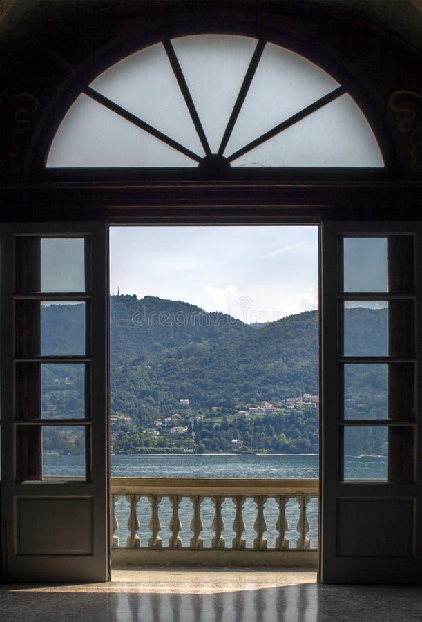 Sikt till och med terrassen till sjön Como royaltyfri fotografi