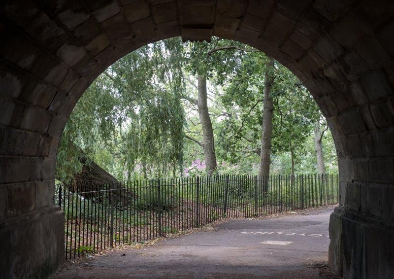 Sikt till och med tunnelen under bron i Hyde Park, London, UK royaltyfri fotografi