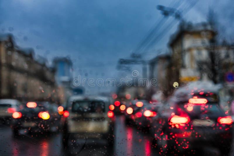Sikt till och med vindrutan av en bil på framåt flyttande bilar med att bränna bakre ljus fotografering för bildbyråer