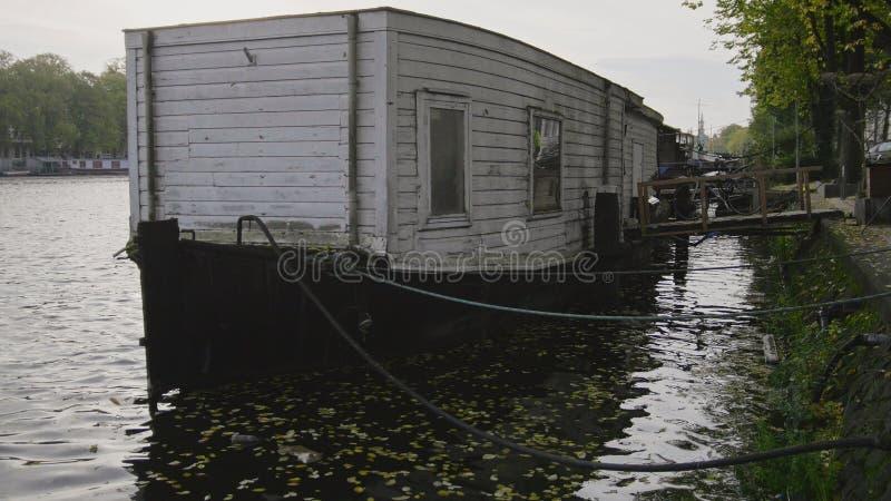 Sikt till pråm på den Amstel kanalen i Amsterdam, Nederländerna arkivfoto