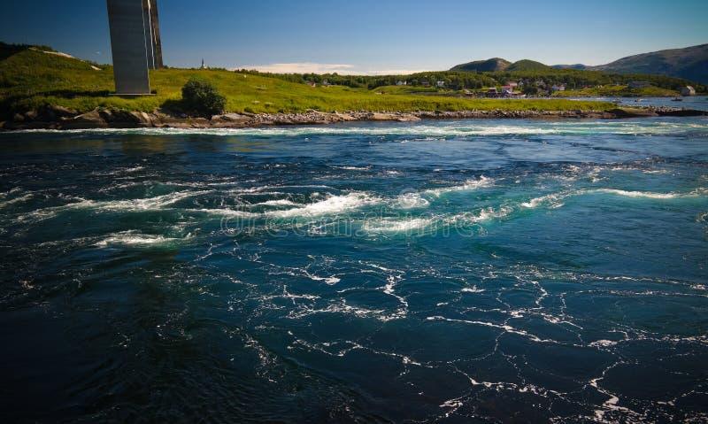 Sikt till Saltstraumen bubbelpooler, Norge royaltyfri bild