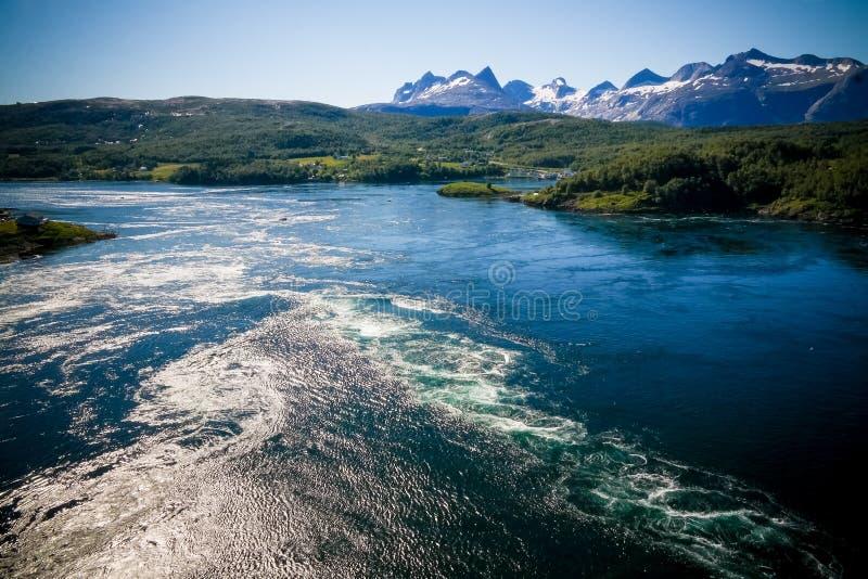 Sikt till Saltstraumen bubbelpooler, Norge fotografering för bildbyråer