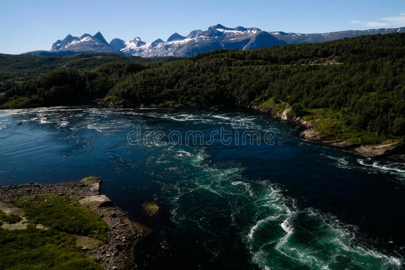 Sikt till Saltstraumen havsbubbelpooler i Norge royaltyfri bild