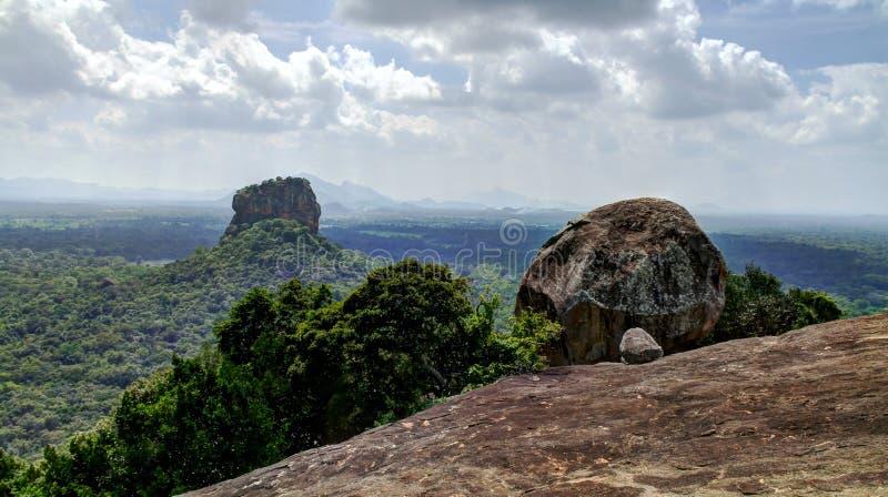 Sikt till Sigiriya aka Lion Rock från det Pidurangala berget royaltyfri foto