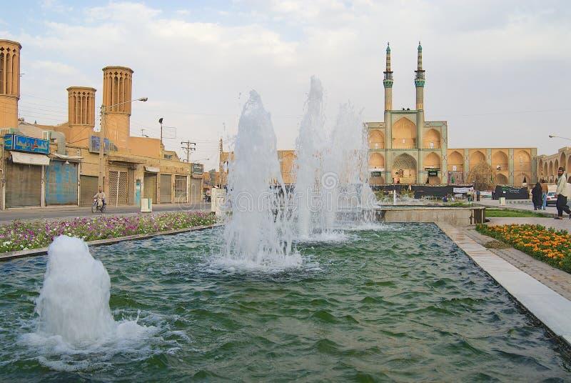 Sikt till springbrunnen framme av Amir Chakhmaq Complex i den historiska delen av Yazd, Iran royaltyfria foton
