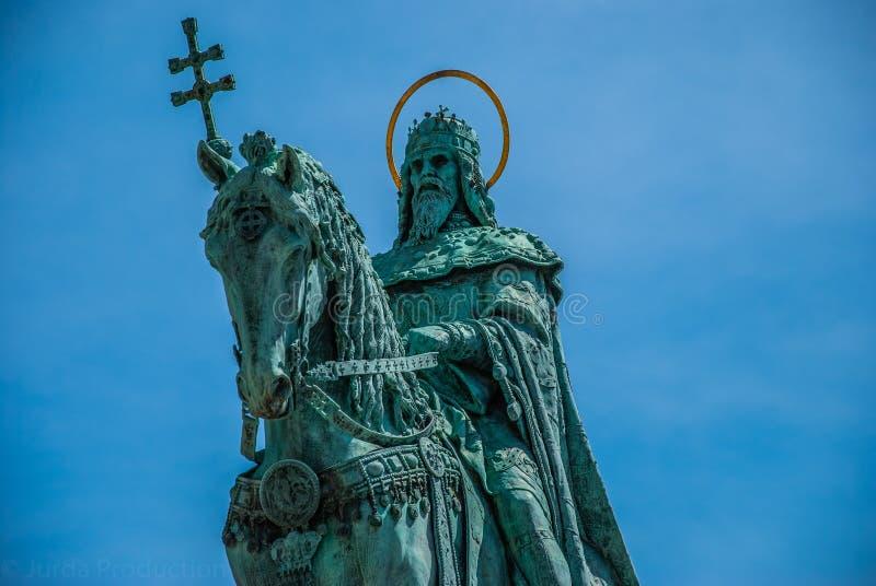 Sikt till staden från historisk byggnad i budapest royaltyfri foto