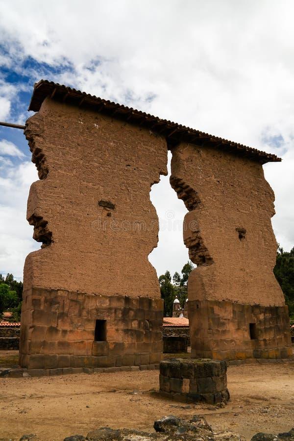 Sikt till templet av Wiracocha på den arkeologiska platsen av Raqchi, Cuzco, Peru royaltyfria bilder