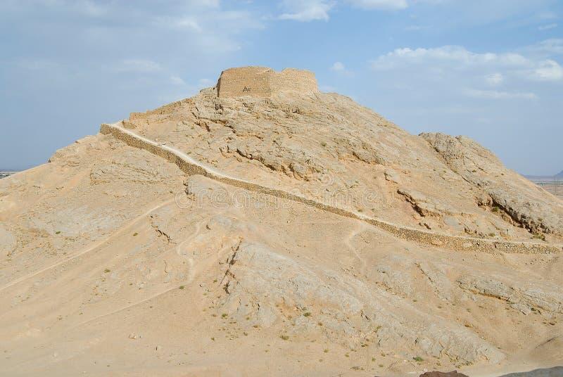 Sikt till Zoroastriantornet av tystnad i Yazd, Iran fotografering för bildbyråer