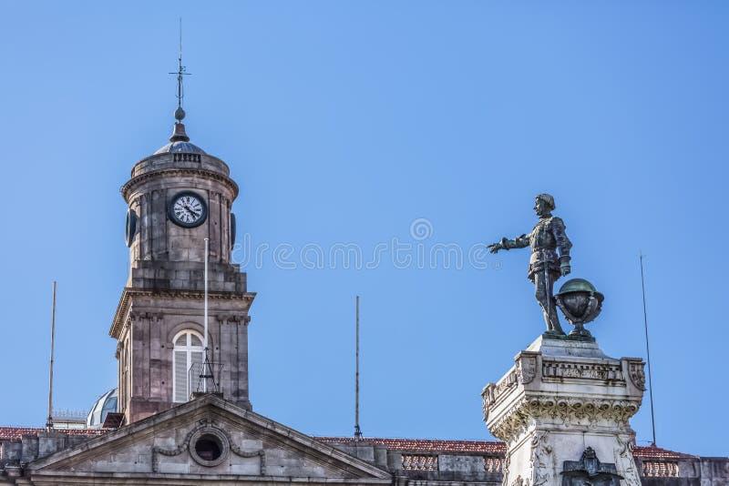 Sikt torn på för Infante Dom Henrique Statue och Palacio da Bolsa för byggnaden, på Porto royaltyfri bild