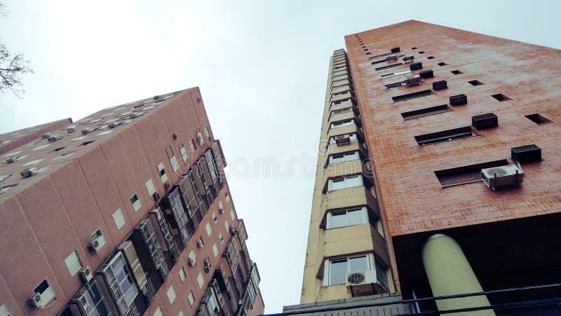 Sikt underifrån av några byggnader royaltyfria foton