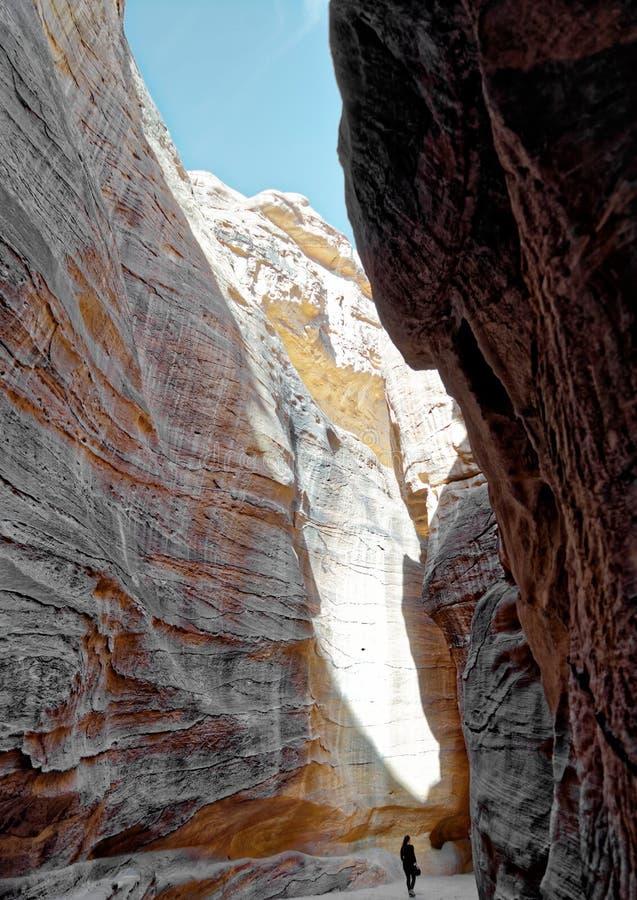 Sikt upp från inre av Siqen som leder in i den nya sjunde under av världen av Petra i Jordanien royaltyfria bilder
