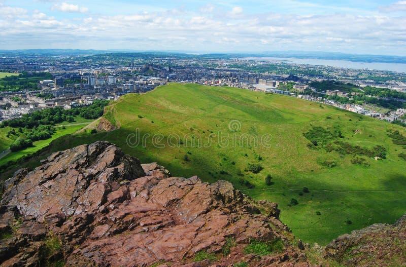 Sikt uppifrån av Arthurs Seat i Edinburg arkivbilder