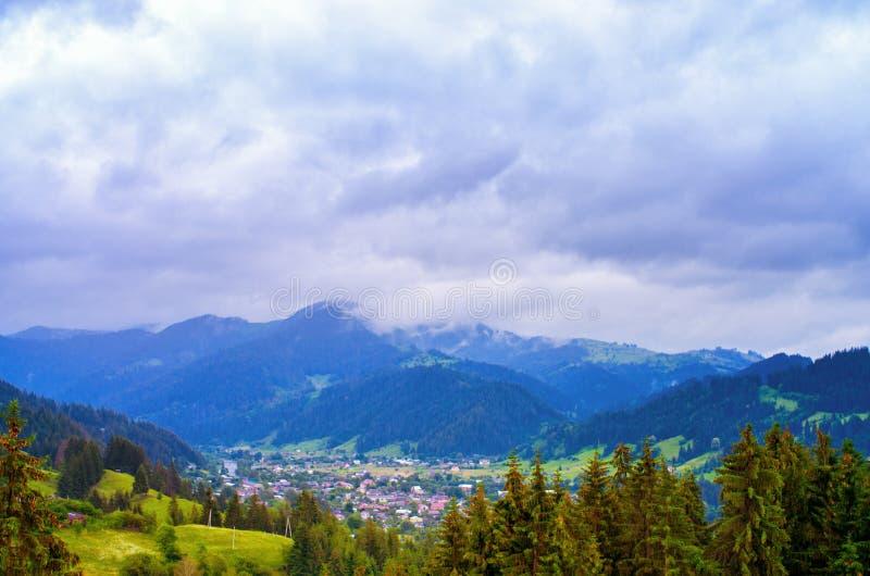 Sikt uppifrån av byn i bergen arkivfoton