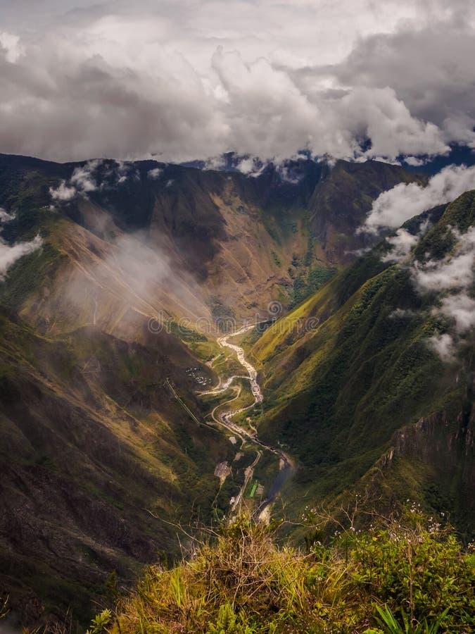 Sikt uppifrån av det Machu Picchu berget, floden och Hidroelectricaen royaltyfri foto