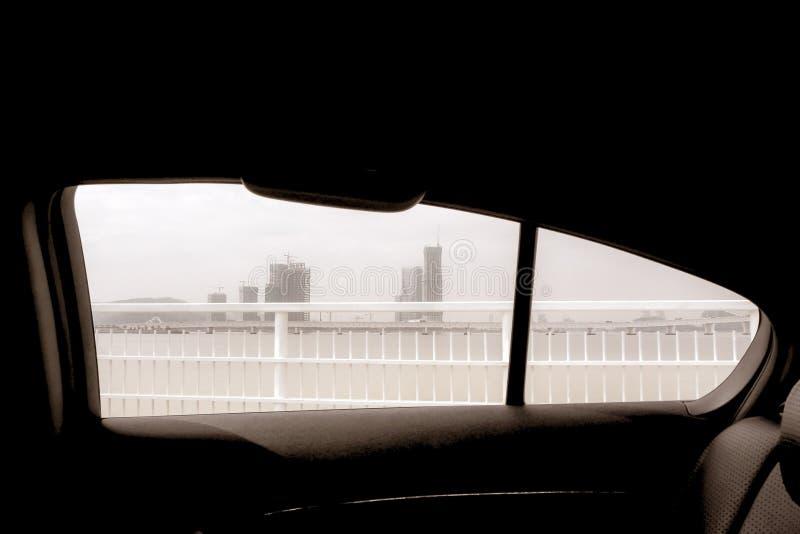 Sikt utanför bilfönstret i bakgrund för vinterMacao porslin arkivfoto