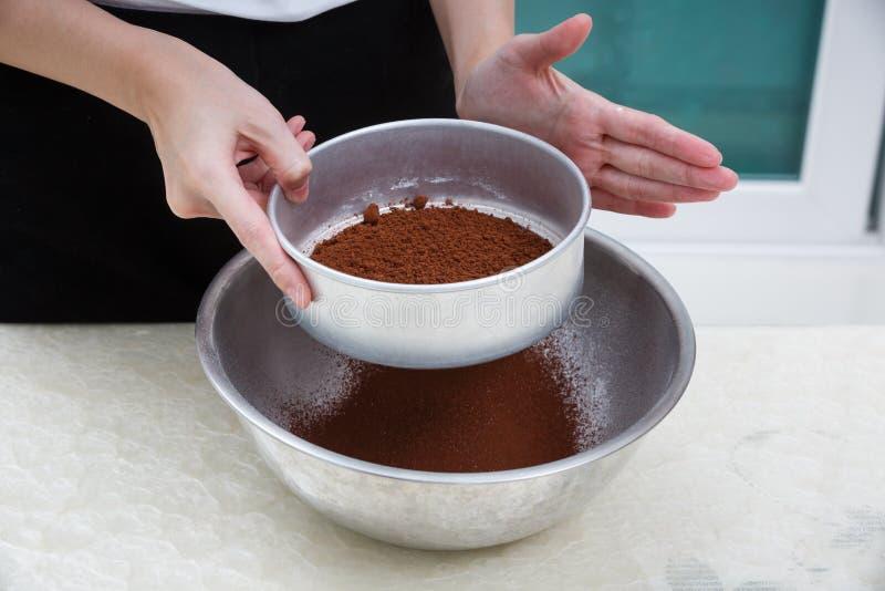 Sikta kakaopulver royaltyfri bild