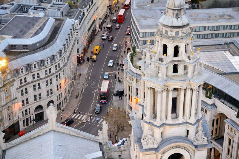 Sikten ?ver den Ludgate kullen bildar kupolen av Sts Paul domkyrka i London UK royaltyfri fotografi