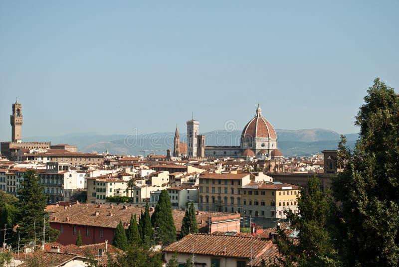 Sikten över taken av Florence med kupolen av den härliga domkyrkan kallade Santa Maria Del Fiore i bakgrunden royaltyfri fotografi