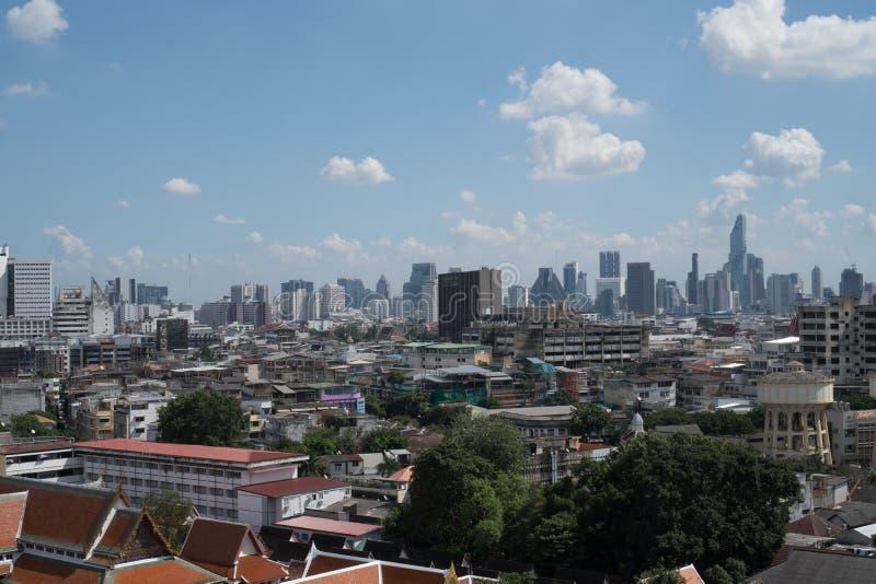 Sikten överst av den guld- monteringen på Wat Saket i Bangkok arkivfoton