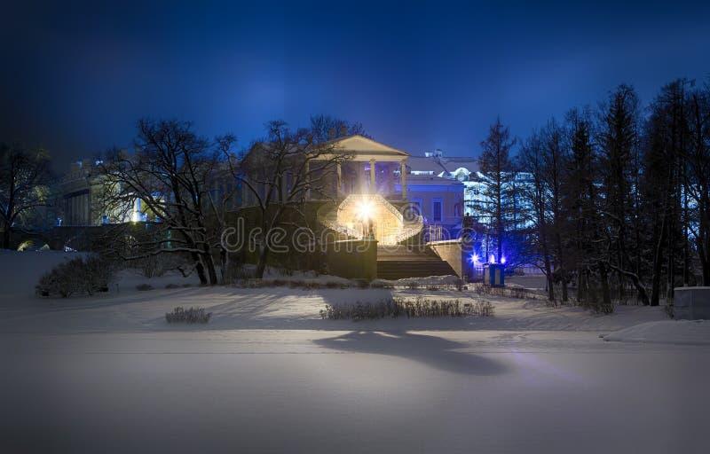 Sikten av aftonen eller natten Cameron Gallery i Catherine parkerar Tsarskoye Selo Pushkin, StPetersburg, Ryssland royaltyfri foto