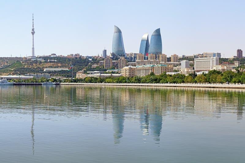 Sikten av Baku som är i stadens centrum med flammatornskyskrapor, och TV står högt royaltyfri fotografi