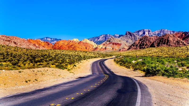 Sikten av bergen för röd sandsten från den slingriga kalikån Canyon Road nära rött vaggar nationell naturvårdsområde för kanjon royaltyfri foto