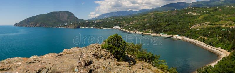 Sikten av berget Ayu-Dag och kuchuklambatsk skäller från udde Plaka Krim arkivbilder