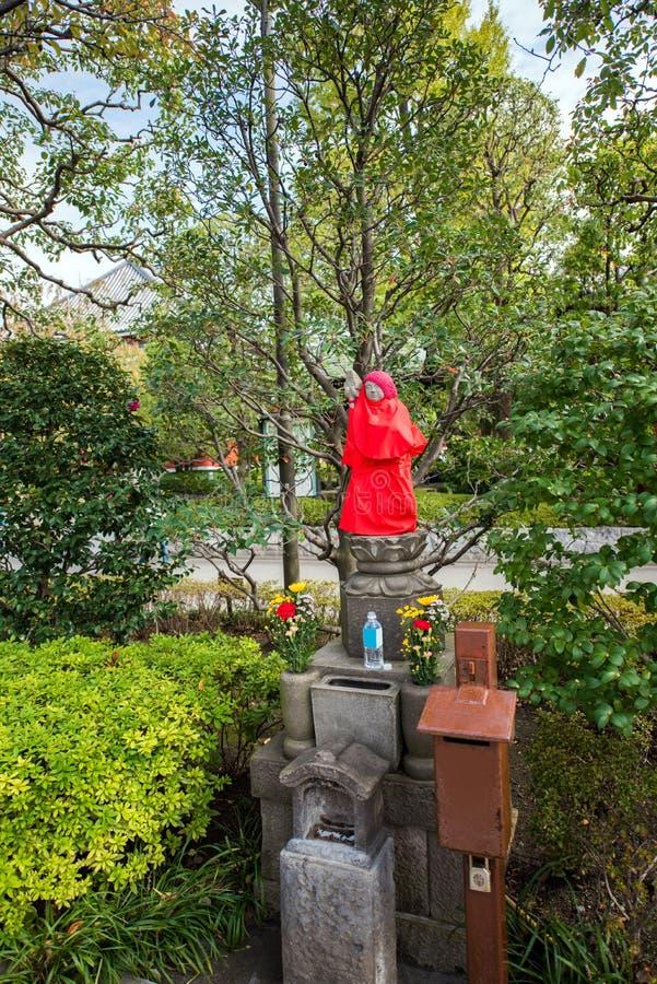 Sikten av Buddhastatyn i staden parkerar, Tokyo, Japan vertikalt arkivbild
