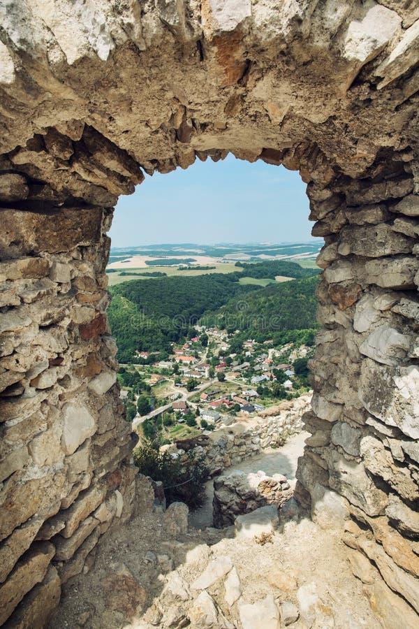 Sikten av byn Visnove från fördärvar av slotten Cachtice royaltyfria foton