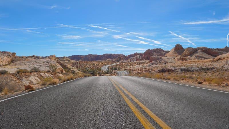 Sikten av den övergående kullenationalparken för den slingriga vägen som är röd vaggar kanjonen, Nevada fotografering för bildbyråer