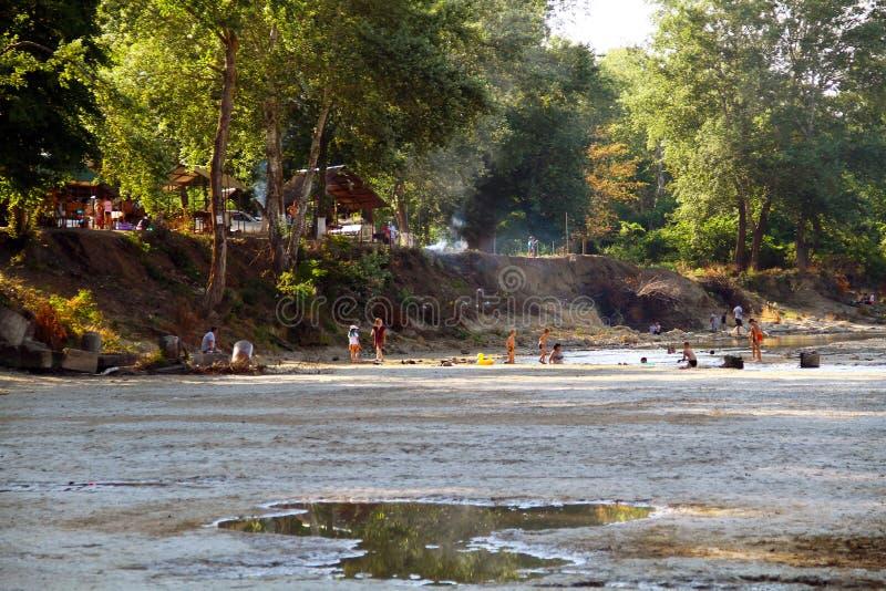 Sikten av den Belaya floden och allmänheten parkerar längs floden Folket kopplar av på flodbanken royaltyfri fotografi