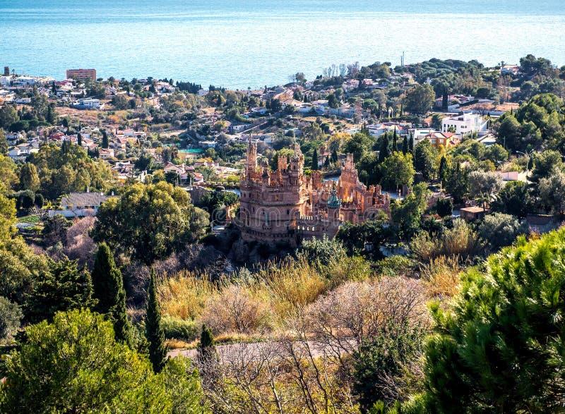 Sikten av den Benalmadena staden och Colomares rockerar royaltyfri fotografi