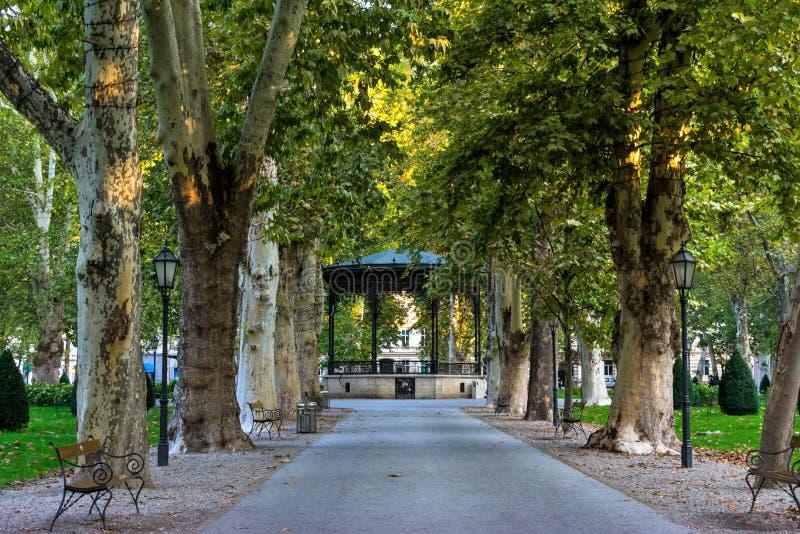 Sikten av den berömda Zrinjevacen parkerar i centret av Zagreb, Kroatien royaltyfri fotografi