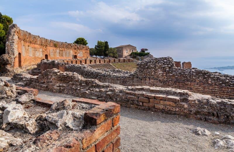 Sikten av den forntida grek-romaren teatern fördärvar fotografering för bildbyråer