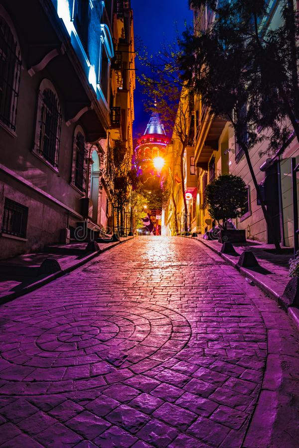 Sikten av den gamla smala gatan med det Galata tornet kallade Kristus Stå högt vid Genoese en berömd medeltida gränsmärkearkitekt royaltyfria foton