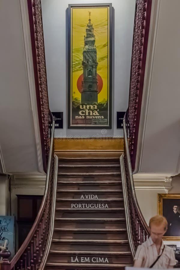 Sikten av den inre trappuppgången och gatan shoppar garnering i Porto arkivbilder