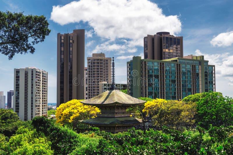 Sikten av den kinesiska pagoden i minnes- Honolulu parkerar och kontorsbyggnader på en solig dag arkivfoton