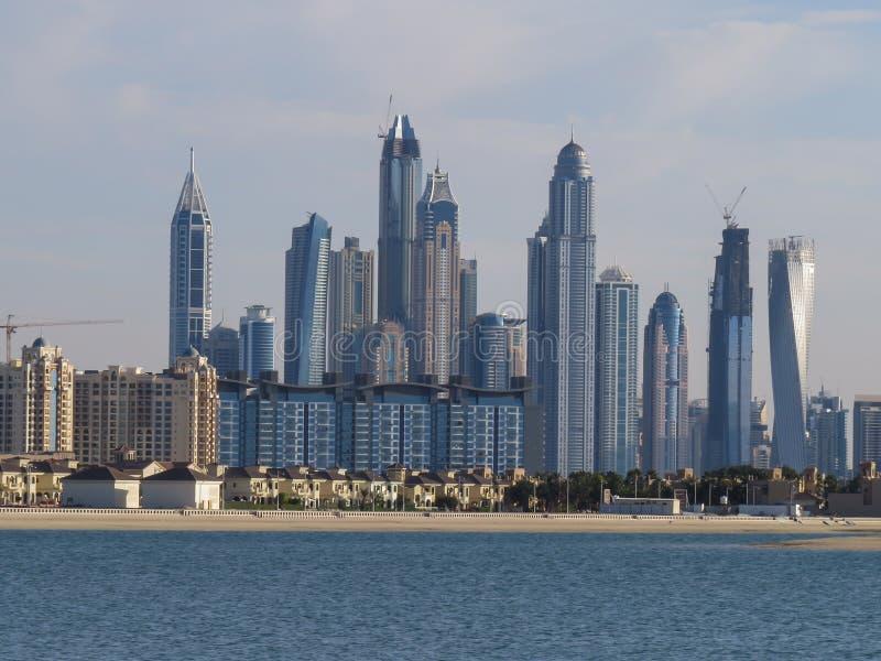 Sikten av den konstgjorda ön av Palm Jumeirah och skyskraporna av Dubai från stranden av Aquaventure vatten parkerar royaltyfria foton