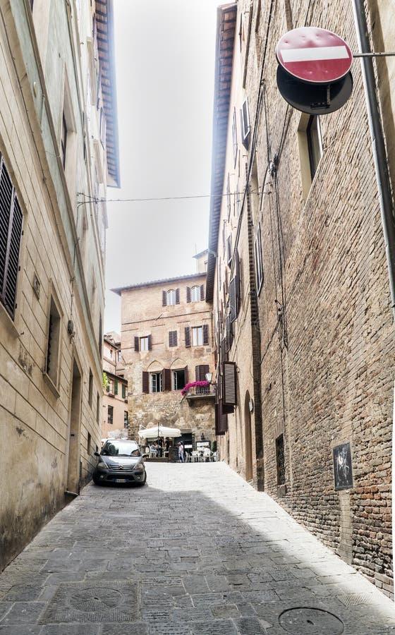 Sikten av den lilla gränden kallade ` via di Monna Agnese ` mellan piazza S Giovanni och Poggio gata arkivbilder
