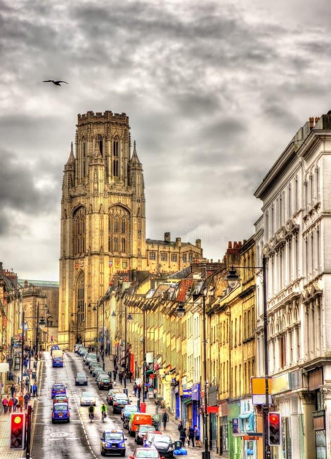 Sikten av den minnes- byggnaden för Wills med parkerar gatan i Bristol fotografering för bildbyråer
