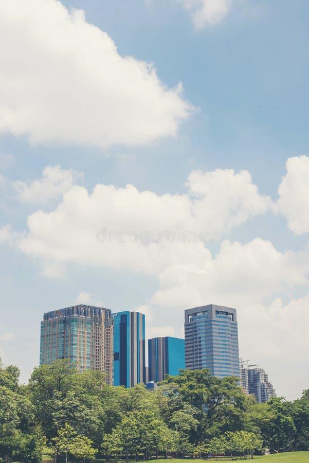Sikten av den moderna staden från jatujaken parkerar Thailand royaltyfri foto
