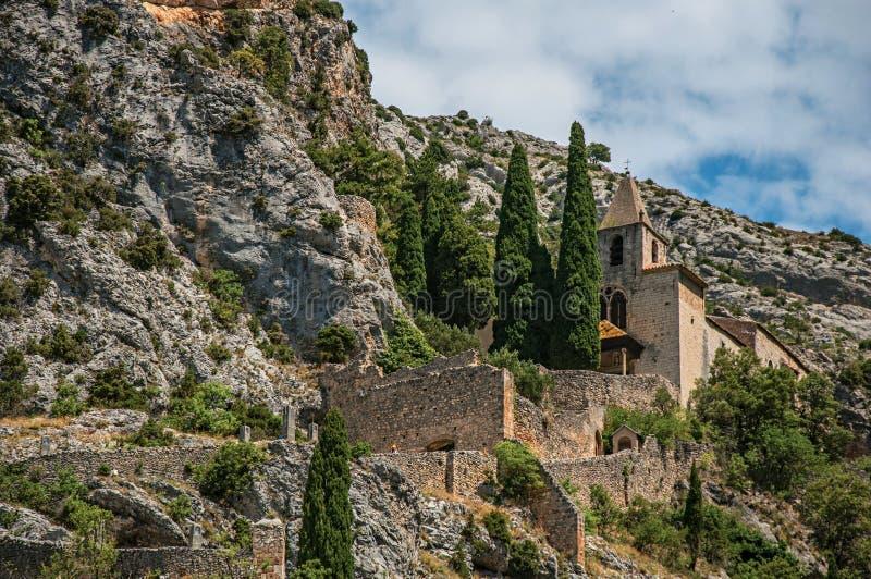 Sikten av den Notre-Dame de Beauvoir kyrkan under klippor och vaggar trappan, ovanför den Moustiers-Sainte-Marie byn arkivbilder