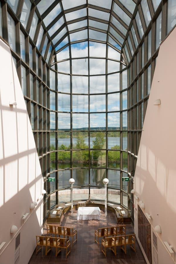 Sikten av den Ounasjoki floden från den genomskinliga korridoren, Arktikum är ett museum och en vetenskapsmitt i Rovaniemi, Lapla royaltyfri foto